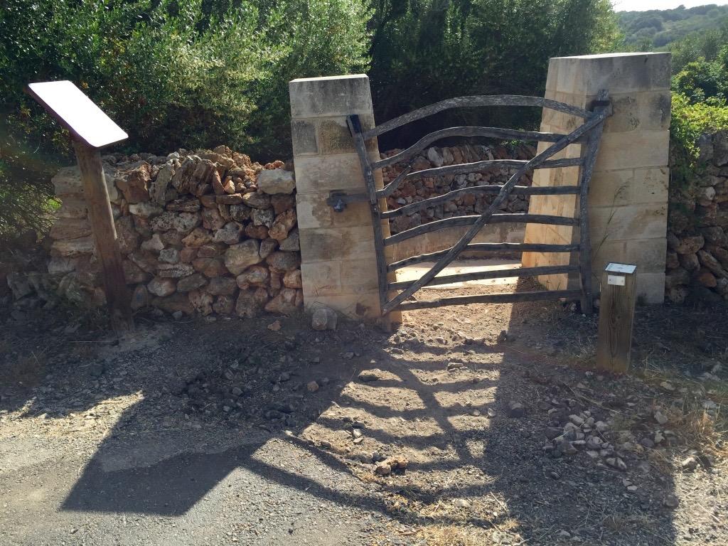 Minorque cami cavalls portail bois